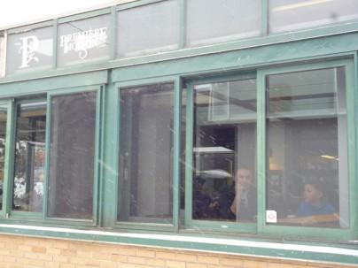 силуэты Марата и Артура в окне кафе