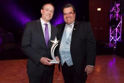 Действующий мэр Монреаля вручает вице-президенту компании Кристофу Вельмеру золотую звезду партнерства  с бельгийской компанией OpenERP