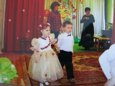 Самый первый парный танец в три года с девочкой из Чехословакии Каролинкой.